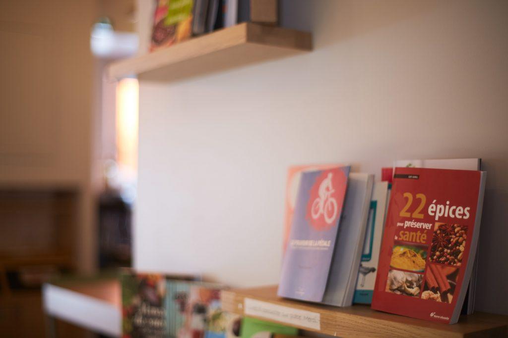 étagère en bois librairie