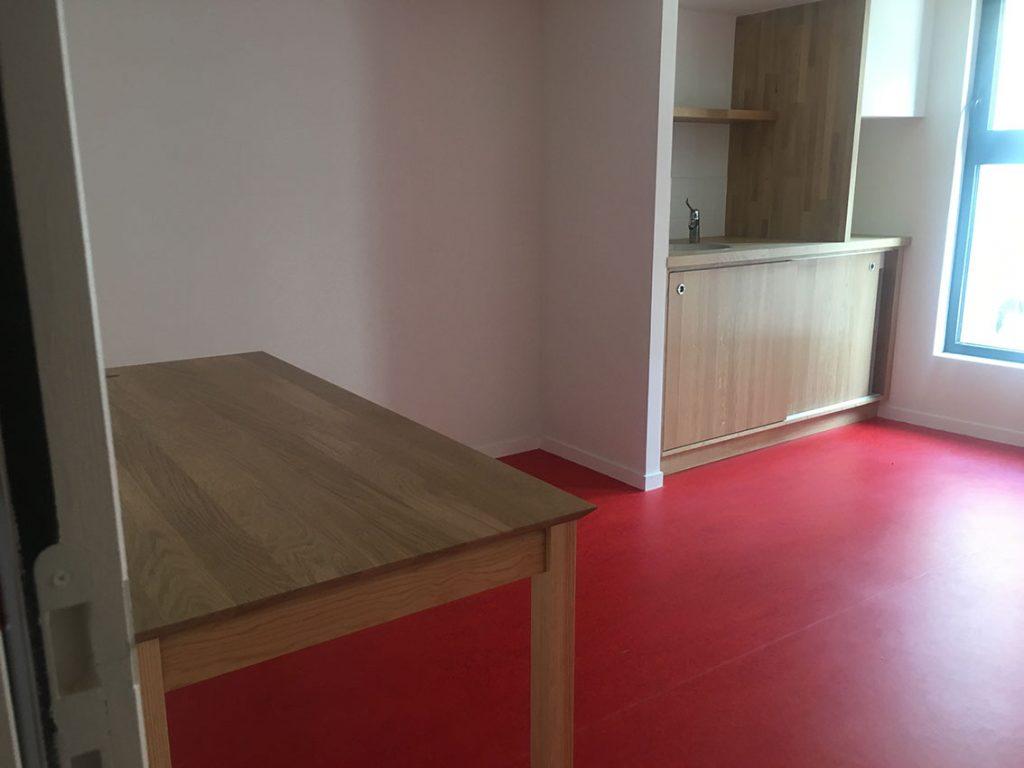 une table en bois dans une cuisine