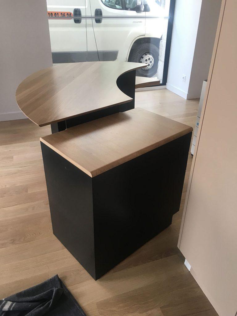 un meuble en bois dans un bureau