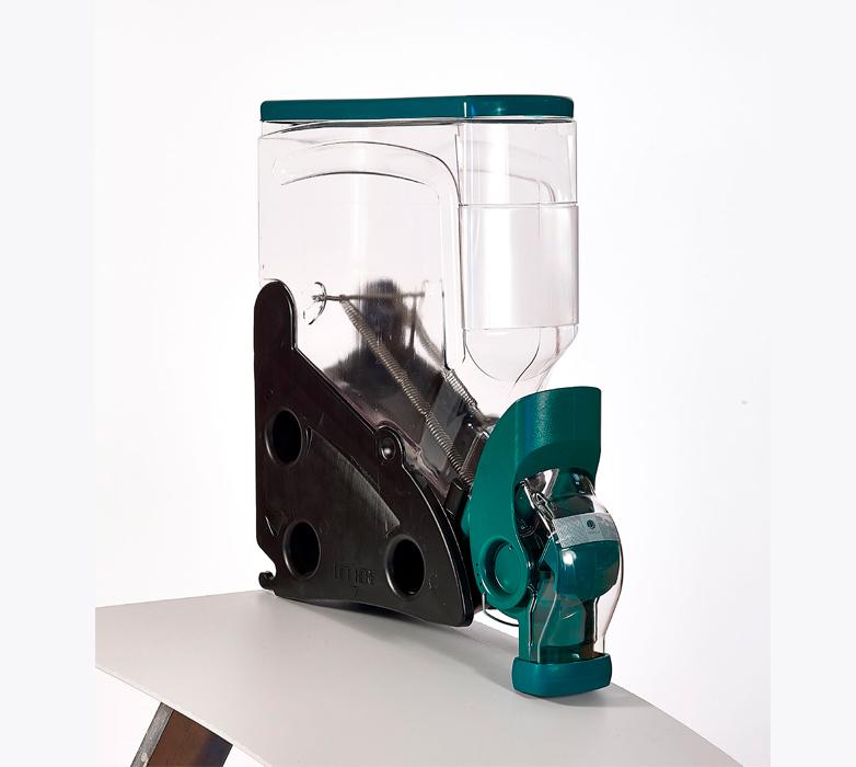 distributeur transparent noir et vert à pincette