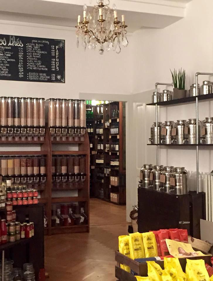 épicerie fine rangement étagères en bois
