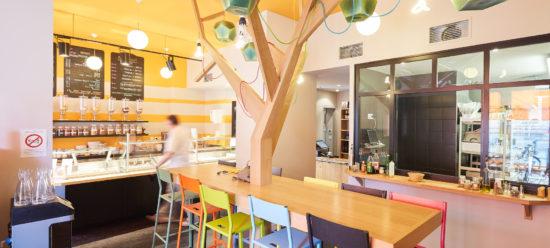 Mobilier bois sur mesure réalisé par Bio Création Bois pour une salle de restauration