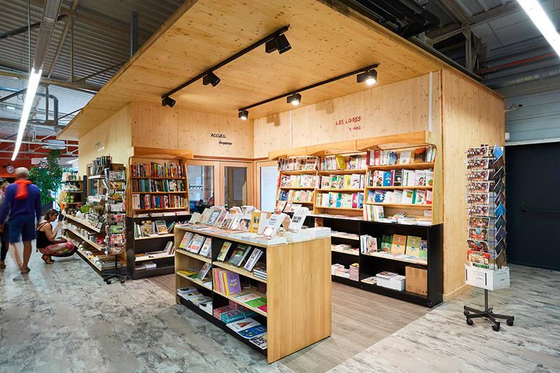 Meuble en bois accueil et livres