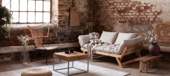 intérieur rustique, sombre avec meubles en bois foncés