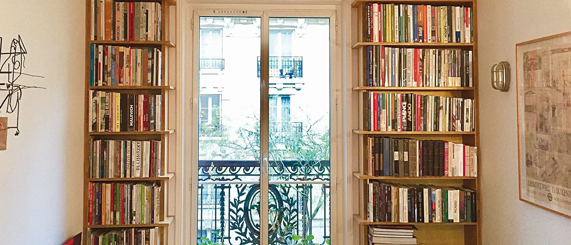 Bibliothèques créées sur mesure pour séjour d'appartement haussmanien en chêne 3 plis par Bio Création Bois