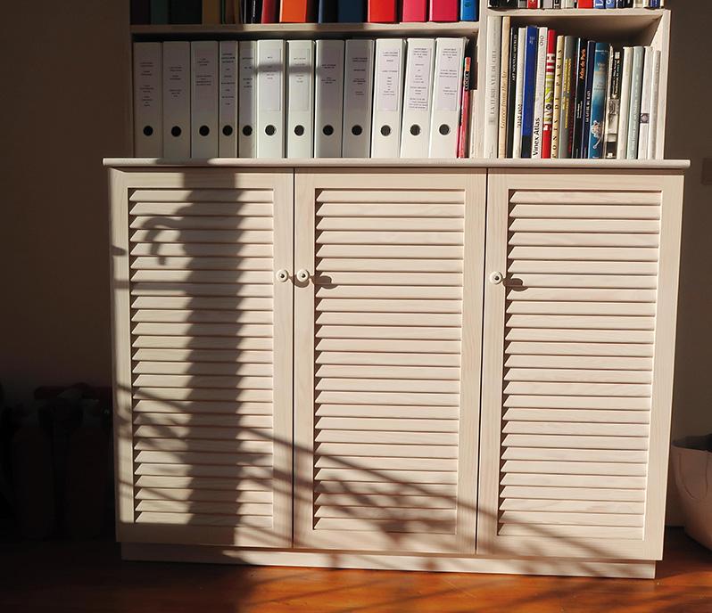 Meuble de rangement en pin maritime blanchi avec portes persiennées - fabriqué sur mesure par Bio Création Bois