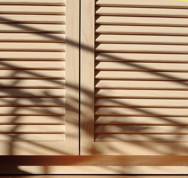 portes de placard persiennées en pin maritime blanchi